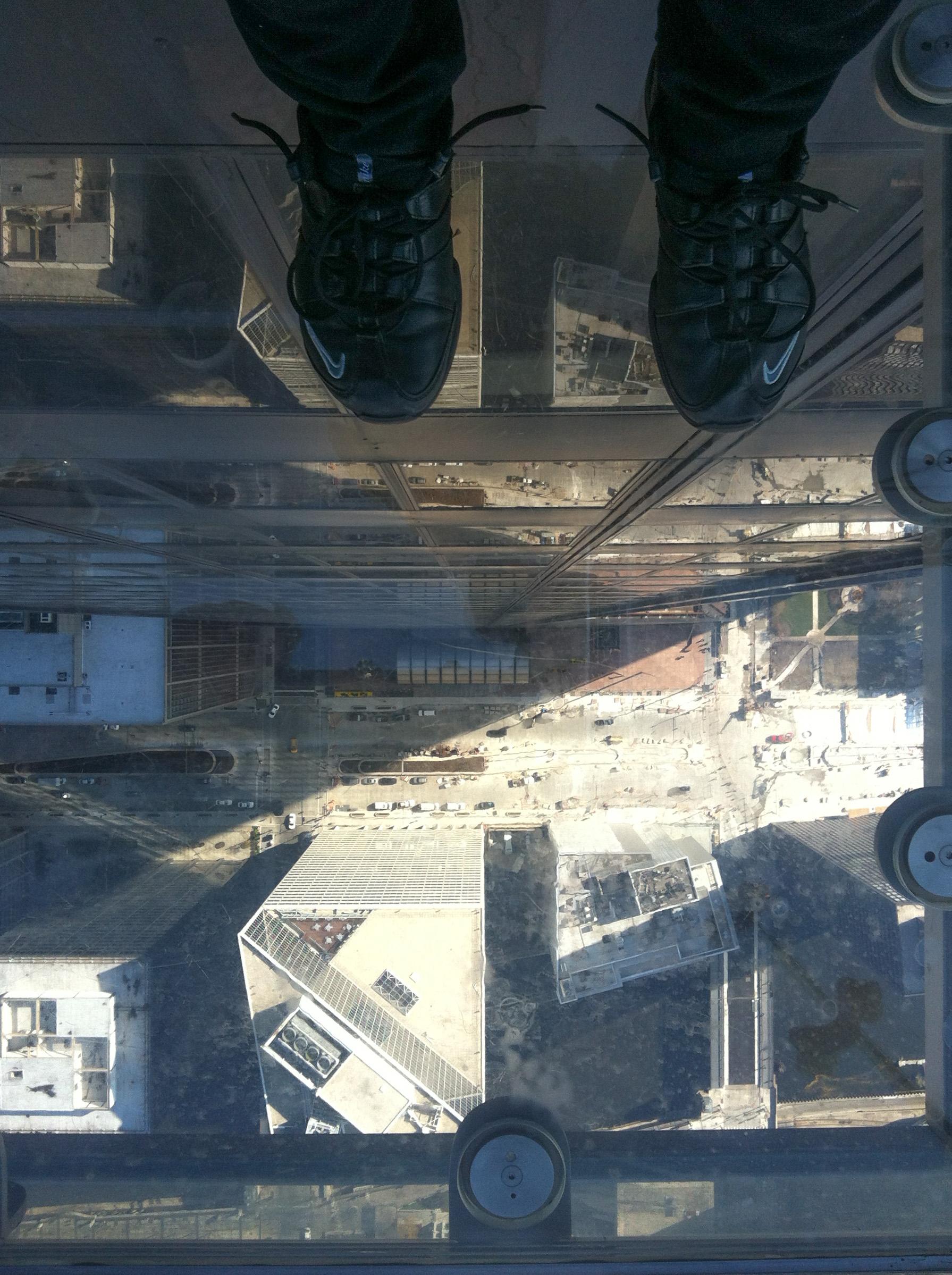 alla joitan satoja metrejä tyhjää ja sitten asfaltti ja autoja - Willis Towerin kerros 223 Chicagossa